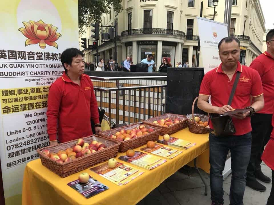 Free Fruit Giveaway at London railway station Picture 2